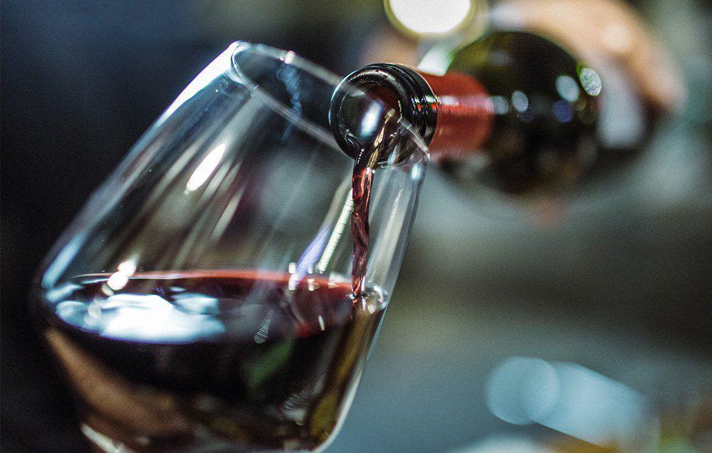 Degustarea vinului diferă de simplul act de a bea.