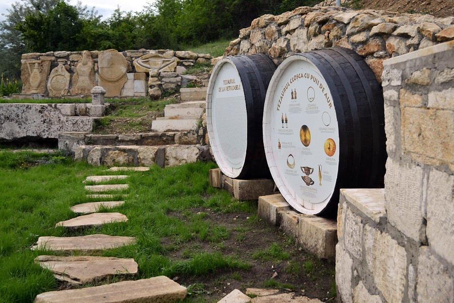 monumentul ridicat recent la locul descoperirii tezaurului Cloșca cu puii de aur