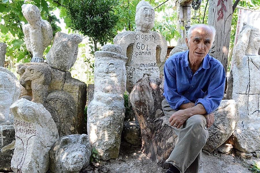 meșterul moacă printre operele sale, prin 2018