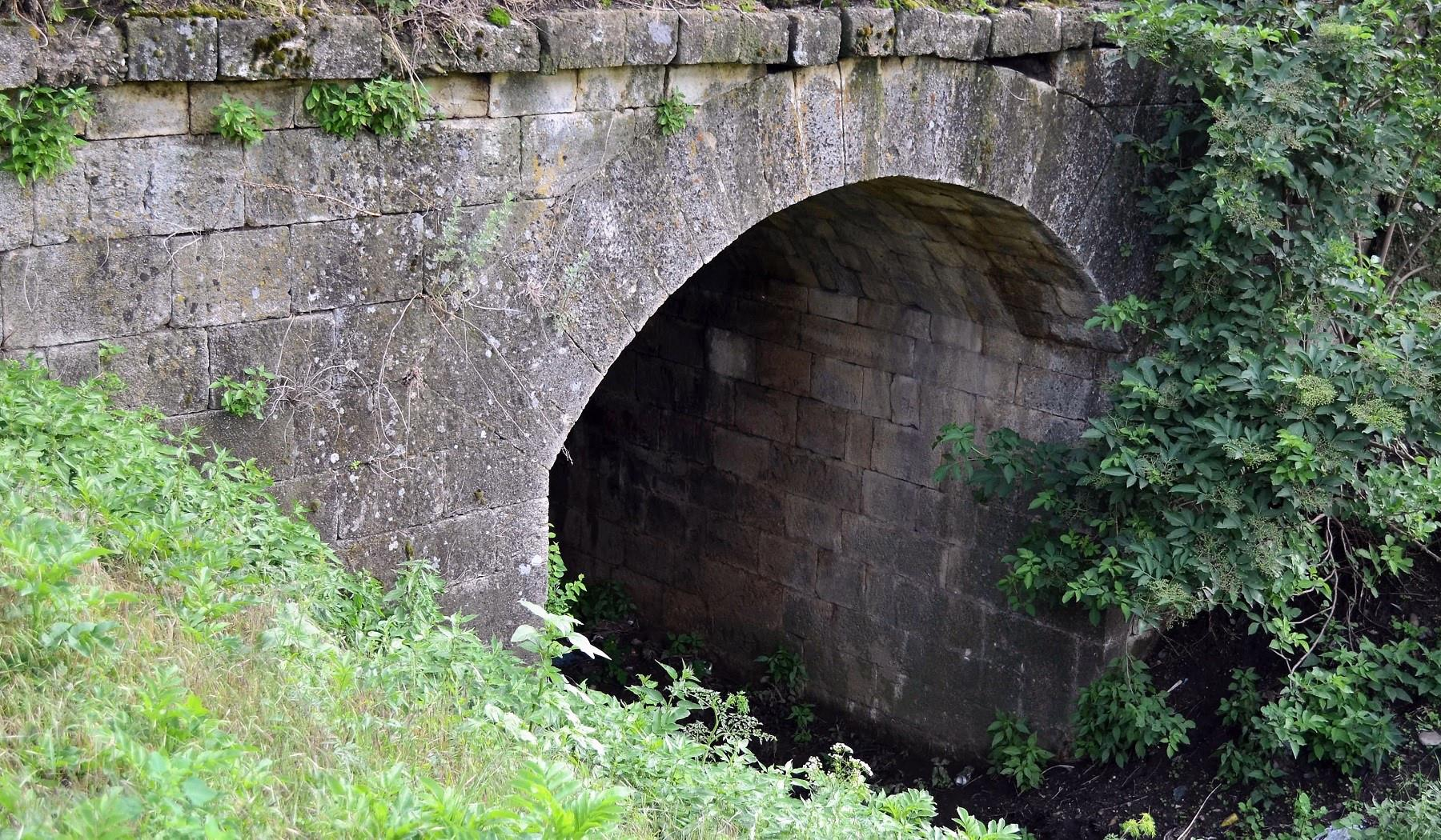 poduri din piatră pe drumul cramelor