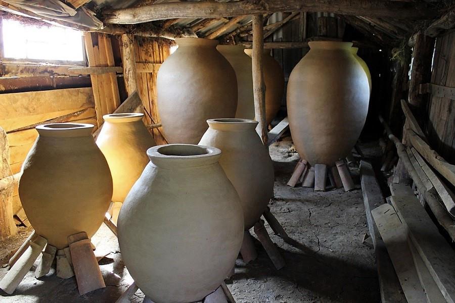 atelier de qvevri, butoaie din lut